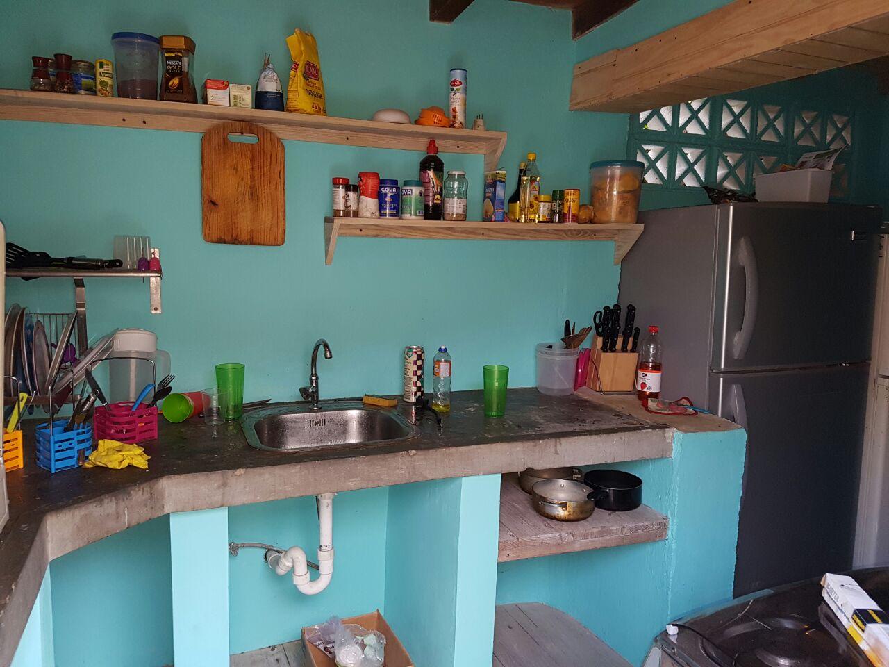 Studentenhuis_Curacao_keuken met drie koelkasten